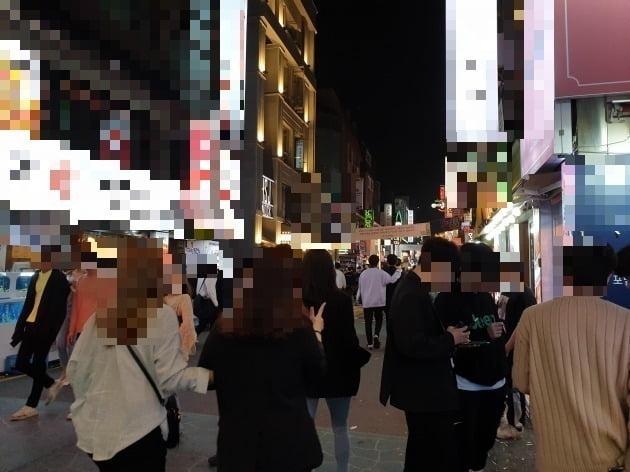 17일 자정 서울 건대입구역 인근 번화가에서 젊은이들이 거리를 지나다니고 있다. 김남영 기자