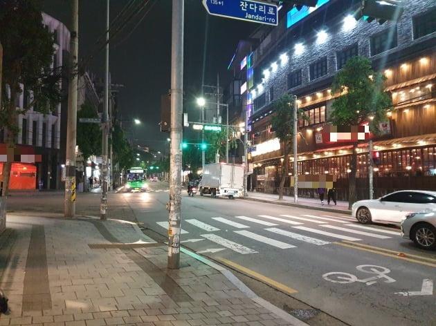 지난 16일 서울 마포구에 있는 홍대클럽거리에는 행인조차 드물었다. 김남영 기자
