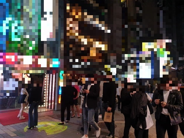 지난 16일 밤 서울 강남역 인근 번화가의 헌팅 술집 앞에서 사람들이 입장을 기다리고 있다. 김남영 기자