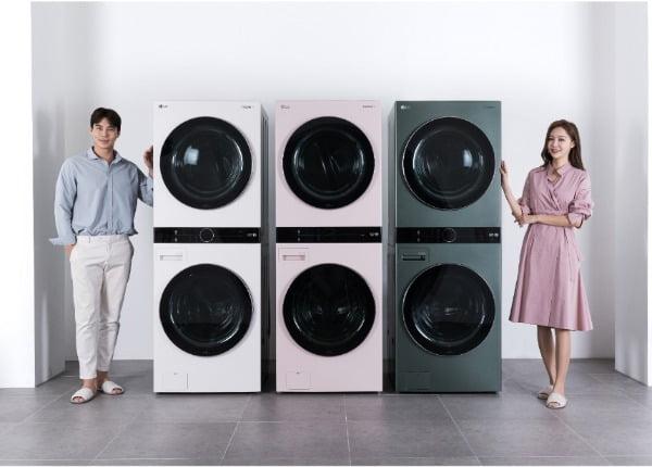 LG전자가 지난달 말 출시한 원바디 세탁건조기 '트롬 워시타워'가 출시 3주만에 판매량 1만대를 넘어섰다. 모델들이 트롬 워시타워의 새로운 색상 3종을 소개하고 있다. 왼쪽부터 샌드 베이지, 코랄 핑크, 포레스트 그린/사진제공=LG전자
