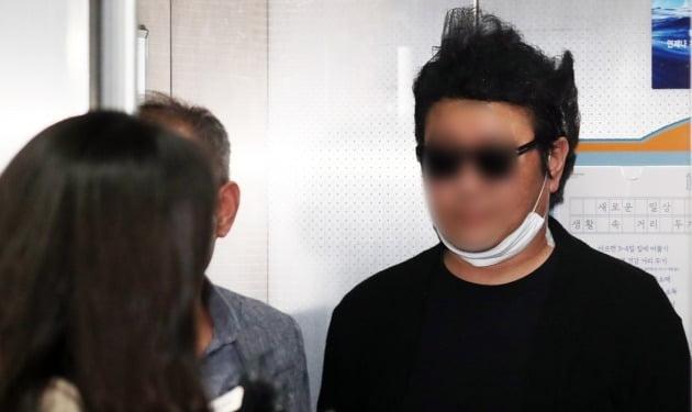 서울 강북의 한 아파트 경비원 폭행 입주민이 18일 오전 서울 강북경찰서에서 피의자 신분으로 조사를 받고 귀가하고 있다. 피의자 신분의 입주민은 지난 달 21일 주자관리를 위해 자신의 차를 밀었다는 이유로 경비원을 폭행하고 이어 지난 3일에는 경비원 초소에서 경비원을 코뼈가 부러질 때까지 때린 혐의를 받고 있다. 폭행당한 경비원은 지난 10일 억울하다는 글을 남기고 극단적인 선택을 했다. 2020.5.18/뉴스1