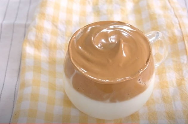 유튜버 뚤기가 제작한 '달고나커피, 400번 저어먹는 커피' 영상은 조회수가 478만회에 달한다. 사진=유튜버 '뚤기' 영상 캡쳐