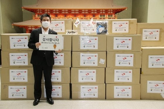 나카가와 겐 나라시장이 경주시에서 보낸 방역물품 앞에서 '감사합니다' 팻말을 들고 있다.  (경주시 제공)