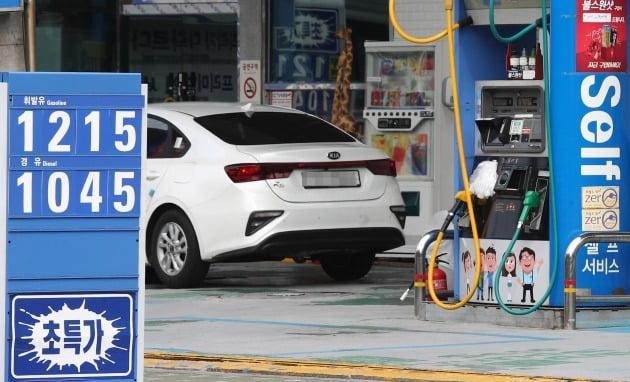 전국의 주유소 휘발유 가격이 하락세를 멈추고 지난주와 비슷한 가격을 기록했다. 정유업계는 '바닥'을 찍은 휘발유 가격이 앞으로 상승세를 보일 것으로 전망하고 있다. [사진=연합뉴스]