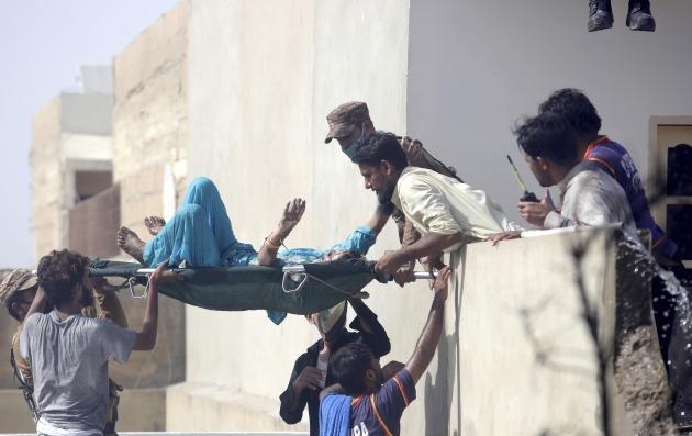 파키스탄 여객기 추락 현장의 부상자 구조작업 [사진=AP 연합뉴스]