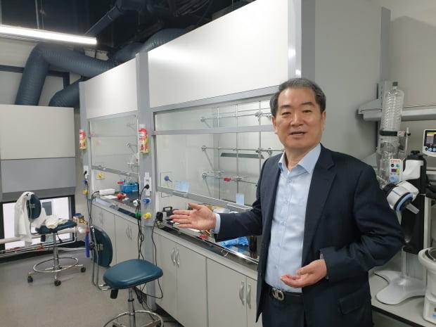 24일 이봉진 마스터메디텍 대표가 서울 강서구 마곡동에 있는 연구시설에서 사업 현황을 설명하고 있다. 이주현 기자