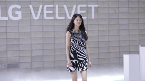코로나19로 사회적 거리두기를 실천하고자 온라인 패션쇼로 공개행사를 열었던 LG 벨벳이 공중파 예능프로그램에서 소개됐다. 사진은 KBS2 '사장님 귀는 당나귀 귀' 영상 캡쳐/사진제공=LG전자