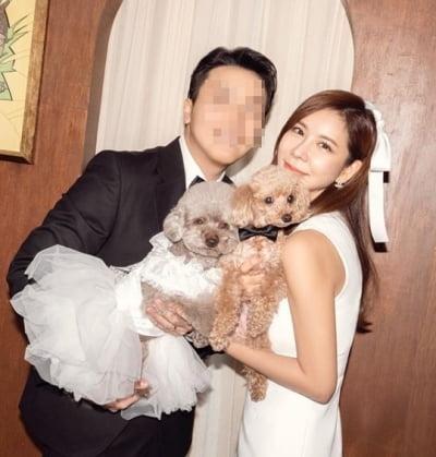 김준희, 가족사진 공개…연하 남편·반려견과 환한 미소