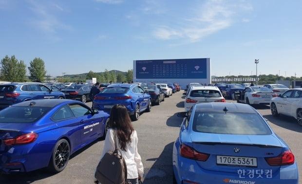 뉴 5시리즈와 뉴 6시리즈 GT 월드 프리미어 행사가 열린 BMW 드라이빙 센터에 차량들이 도열했다. 사진=오세성 한경닷컴 기자
