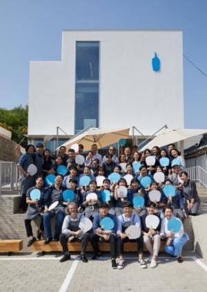 지난해 6월 문 연 블루보틀 삼청 2호점에서 블루보틀 팀 멤버들이 기념 촬영을 하고 있다. 블루보틀 제공
