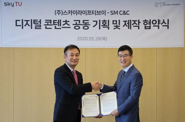 SM C&C 김동준 대표, 스카이티브이 윤용필 대표이사/사진=SM C&C, 스카이티브이