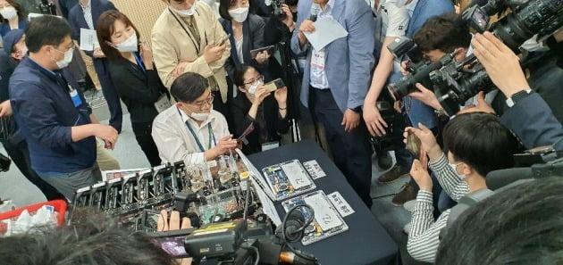 선관위가 개표에 사용된 노트북을 해체해 통신장치가 없음을 기자들에게 확인시켜주고 있다.