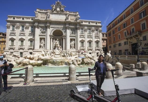 지난 28일 이탈리아 로마의 관광명소인 트레비분수가 코로나19 여파로 일부 사진기자들을 제외하고 텅 비어 있다. 사진=AP