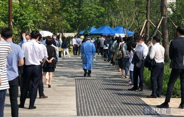 전일부터 운영된 서소문 임시 선별진료소에 의료진이 발길을 옮기고 있다. 사진=김민성 한경닷컴 기자