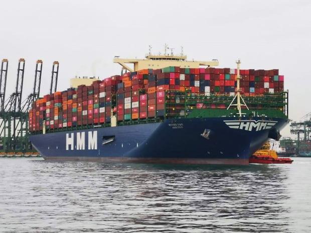 HMM의 초대형 컨테이너 2호선 HMM오슬로호가 28일 싱가포르항에서 만선으로 출항했다. HMM 제공.