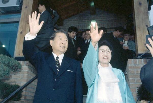 손 흔드는 김대중 전 대통령과 이희호 여사 . 사진=연합뉴스
