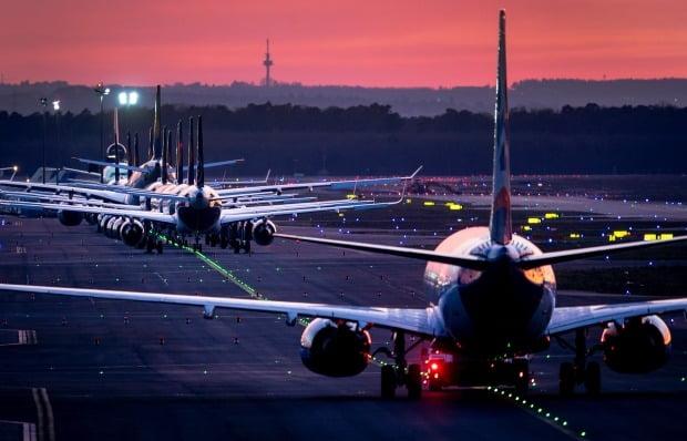 독일 루프트한자 항공사 소속 여객기들이 프랑크푸르트 공항 활주로에 줄을 지어 계류돼 있다. 사진=AP