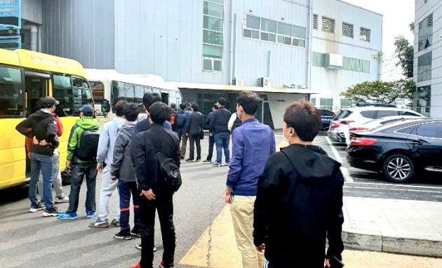울산의 한 자동차 부품업체 직원들이 주 52시간 근로제에 맞춰 작업을 끝낸 뒤 오후 5시께 버스를 타기 위해 기다리고 있다.  /울산=안대규  기자