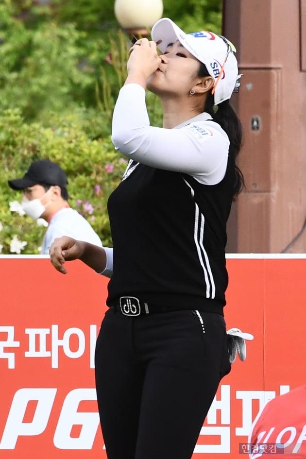 [포토] 김아림, '출발 전 영양보충은 필수'
