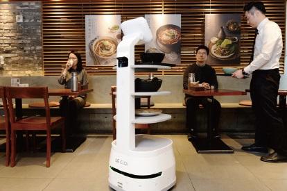 [포스트 코로나 유망 비즈니스 22] 조리부터 티켓 확인에 순찰까지…진화하는 서비스 로봇
