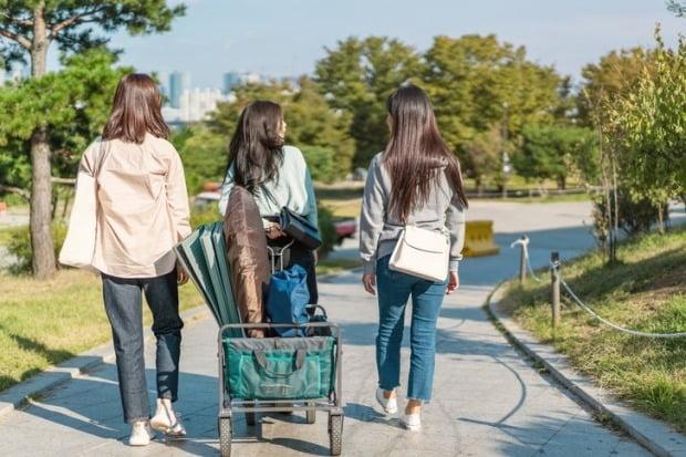 신종 코로나바이러스 감염증(코로나19) 사태로 생활 속 거리두기 체계가 이어지면서 타인과 일정한 거리를 두고 휴식을 즐길 수 있는 '캠핑' 문화가 인기를 끌고 있다./사진=게티이미지