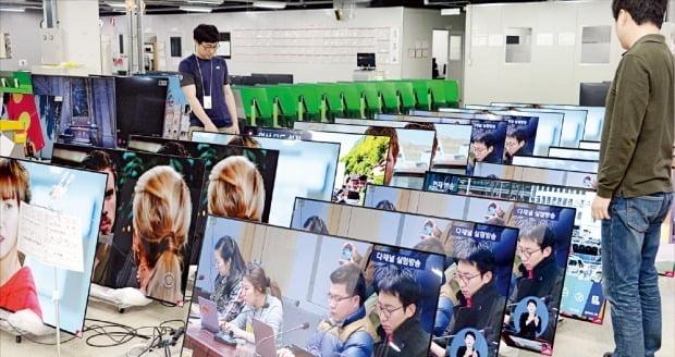 LG전자 구미사업장에서 직원들이 OLED TV 품질을 검사하고 있다. / 사진=한경 DB
