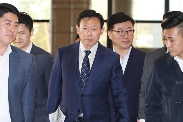 18일 롯데지주에 따르면 지난 3월 일본으로 출국했던 신 회장은 이날 잠실 사무실로 출근했다. 사진=연합뉴스