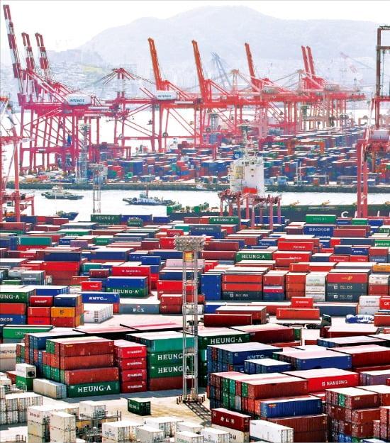 코로나19 여파로 4월 무역수지가 99개월 만에 적자로 돌아섰다. 1일 부산 남구 신선대부두에 선적되지 못한 컨테이너들이 쌓여 있다.  /뉴스1