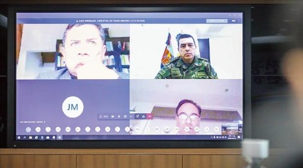 지난달 29일 열린 한국과 콜롬비아 정부의 화상회의엔 하파엘 구아린 대통령실 국가안보보좌관(왼쪽 위), 하비에르 알폰소 디아즈 군보건국장(오른쪽 위), 루이스 길레르모 플라타 대통령실 코로나 대응전략국장(오른쪽 아래) 등 콜롬비아 고위급 인사가 총출동했다.   외교부 제공