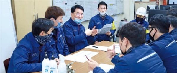 한영석 현대중공업 사장이 직원들과 안전에 대해 토론하고 있다.  현대중공업 제공