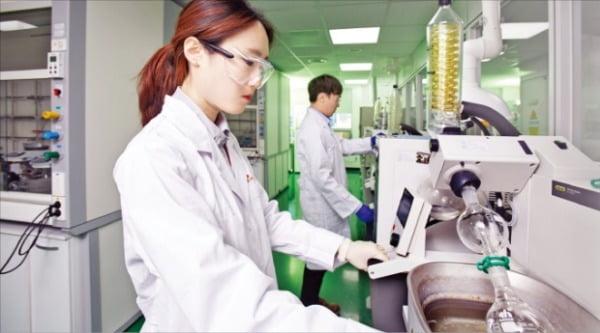 SK바이오팜 연구원이 경기 판교테크노밸리 본사 연구소에서 약물실험을 하고 있다.   SK바이오팜 제공