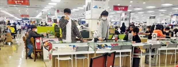 황금연휴 대목을 맞은 4일 서울 구로동 신도림테크노마트에서는 최신 스마트폰인 갤럭시S20가 10만~20만원대에 팔리는 등 유통점 간 가입자 유치 경쟁이 치열했다.  홍윤정 기자 yjhong@hankyung.com