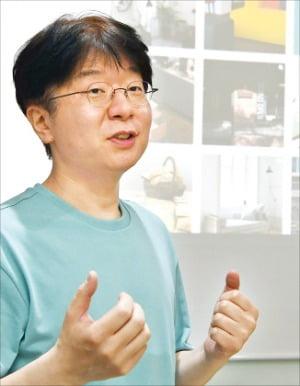 심준형 하우저 대표가 서울 강남구 사무실에서 가구 풀필먼트 개념을 설명하고 있다.  신경훈 기자 khshin@hankyung.com