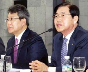 변성완 부산시장 권한대행(왼쪽), 허용도 부산상의 회장. /부산상의 제공