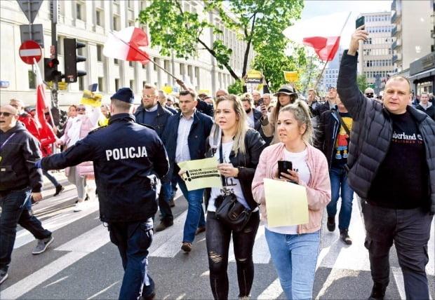 """""""코로나 지원 늘려달라""""…거리로 나온 폴란드 자영업자들"""