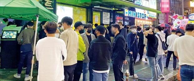 < 홍대 앞 주점에 우르르~ > 지난 9일 밤 서울 홍익대 인근 실내포차(일명 헌팅포차) 앞에서 젊은이들이 입장을 기다리고 있다. 실내포차는 일반음식점으로 등록돼 영업 중단 대상이 아니다.   양길성 기자