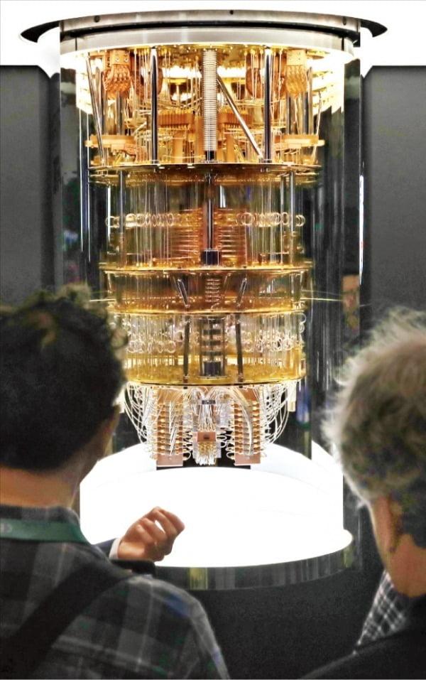 지난 1월 미국 라스베이거스에서 열린 세계 최대 전자쇼 'CES 2020'에서 IBM이 선보인 양자컴퓨터 'IBM Q 시스템 원'을 관람객들이 살펴보고 있다.  한경DB