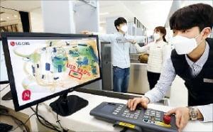 LG디스플레이 보안담당자가 AI가 분석한 엑스레이 사진을 확인하는 모습. LG CNS 제공