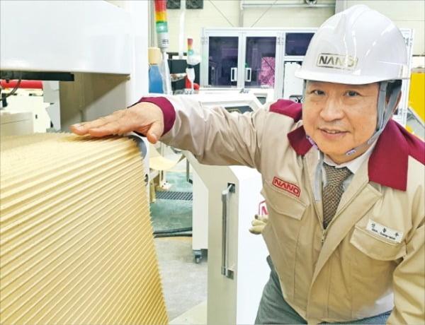 신동우 나노 회장이 LNG발전소용 적층형 탈질촉매필터 생산 과정을 살펴보고 있다.   나노 제공