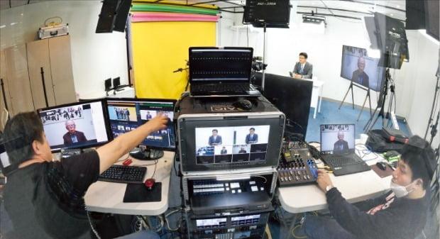 한국경제신문사 직원들이 13일 '코로나 사태 이후 세상'을 주제로 열린 웹세미나(webinar)가 시청자에게 제대로 전달될 수 있도록 비대면 화상 회의 시스템을 점검하고 있다. /허문찬  기자 sweat@hankyung.com