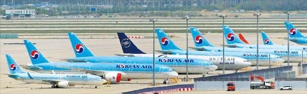 신종 코로나바이러스 감염증(코로나19) 영향으로 국제선이 90% 이상 끊긴 가운데 대한항공 항공기가 13일 인천공항 계류장에 줄지어 서 있다.  /연합뉴스