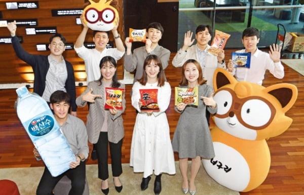 농심 직원들이 서울 동작구 대방동 농심 본사에서 너구리 캐릭터와 농심 주요 제품을 들어보이고 있다. 신경훈 기자 khshin@hankyung.com