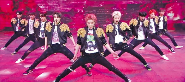 그룹 NCT 127이 지난 17일 네이버 V라이브로 생중계된 유료 온라인 맞춤형 콘서트 '비욘드 디 오리진'에서 퍼포먼스를 선보이고 있다.  SM엔터테인먼트 제공