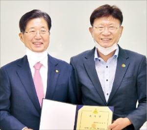 강길부 국회의원(왼쪽)은 19일 울산 울주군 선바위도서관에서 이선호 울주군수(오른쪽)에게 책 3000권을 기증했다.  울주군 제공