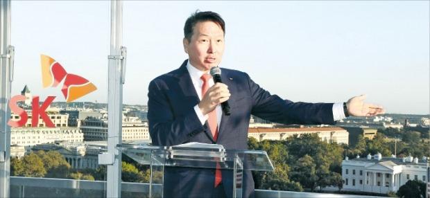 최태원 SK그룹 회장이 지난해 9월 미국 워싱턴DC에서 열린 'SK의 밤' 행사에서 미국 정재계 인사들에게 미국 내 투자와 고용 창출 계획을 설명하고 있다.  /SK그룹 제공