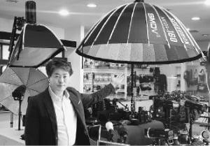 김종석 SMDV 대표가 20일 부산 삼락동의 본사 상품전시실에서 조명조절장치 '플립형 소프트박스' 판매에 나선다고 말했다.  김태현 기자