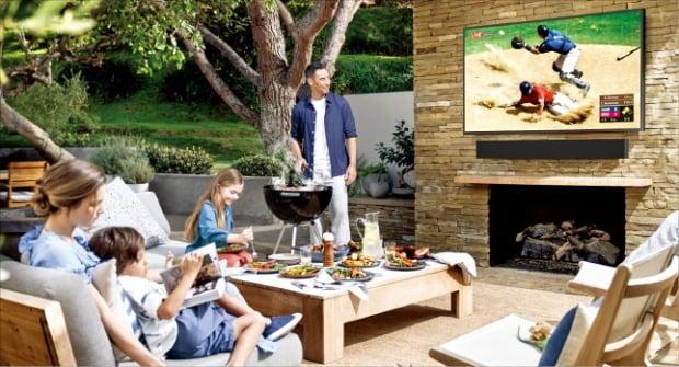 삼성전자가 21일(현지시간) 미국에서 '2020년형 라이프스타일 TV' 온라인 쇼케이스를 열고 '더 테라스'를 공개했다. 야외에서 더 테라스를 시청하는 이미지.  /삼성전자 제공