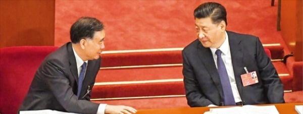 < 마스크 안 쓰고 대화하는 시진핑 > 22일 중국 베이징 인민대회당에서 개막한 전국인민대표대회에서 시진핑 국가주석(오른쪽)이 왕양 전국인민정치협상회의 주석과 대화하고 있다. 중국은 올해 전인대에서 코로나19 및 미·중 갈등에 따른 경제 충격을 완화하기 위해 대규모 경기부양책을 추진하겠다고 발표했다. 하지만 경제 불확실성이 높다며 1994년 이후 처음으로 경제성장률 목표치를 내놓지 않았다.   /AFP연합뉴스