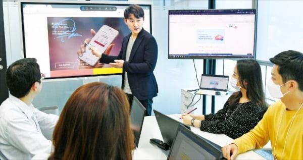 부산은행 언택트 영업부 직원들이 25일 회의실에서 언택트 마케팅  활성화를 위한 회의를 하고 있다.  부산은행 제공