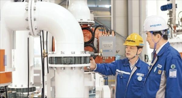 이수태 파나시아 회장(오른쪽)이 임원과 함께 부산 미음산업단지에 있는 공장에서 코로나19 사태 이후 제품 수출을 협의하고 있다.  파아니사 제공